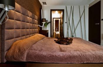 Brązowa ściana tapicerowana w sypialni