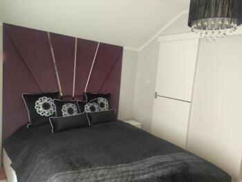 Fioletowe panele tapicerowane nad łóżkiem - Cocodeco Katowice