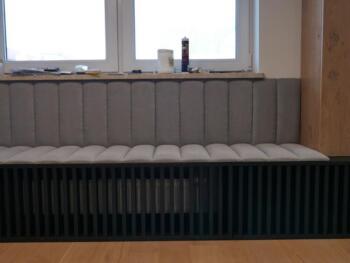 Szare siedzisko tapicerowane z oparcie