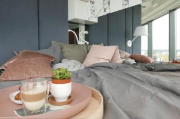 Sypialnia z szarymi panelami tapicerowanymi - Cocoodeco Katowice